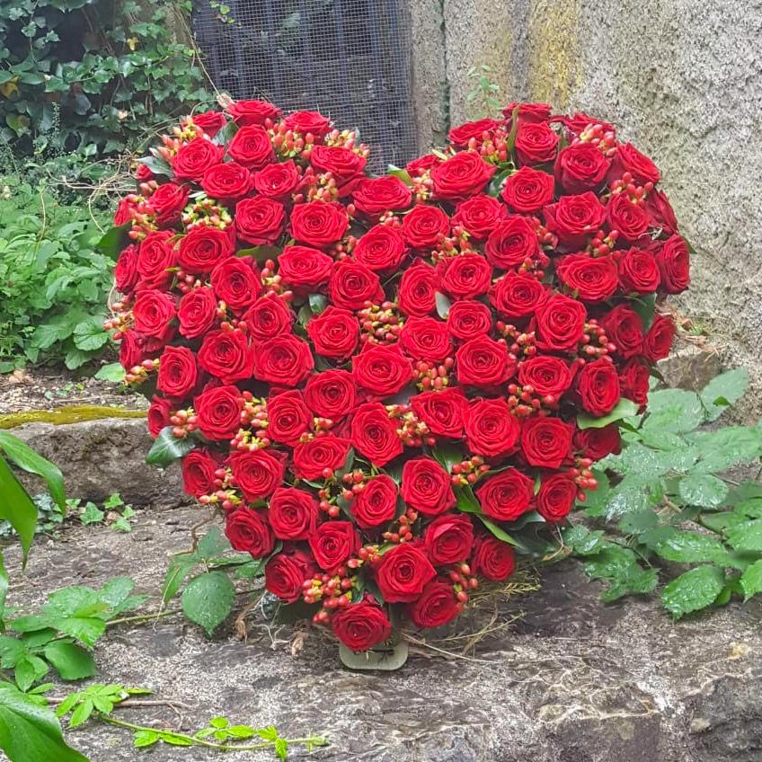 Floristik für Trauerfeier mit roten Rosen als Rosenherz, online bestellen